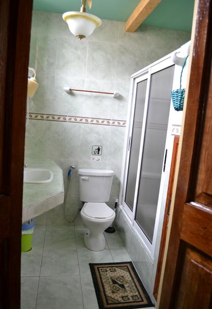 Baño Hostal Peregrino Consulado